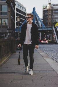 chico-caminando-gafas-sol-uns