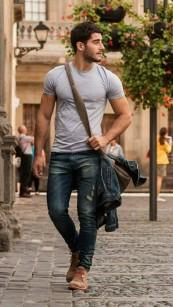 hombre-caminando-camisa